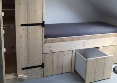Houten-bed-en-kast-combinatie-woodmonkeys