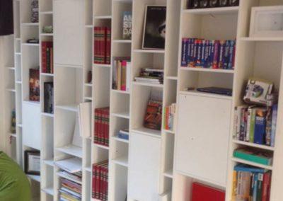 Houten-boekenkastwand-op-maat-Woodmonkeys