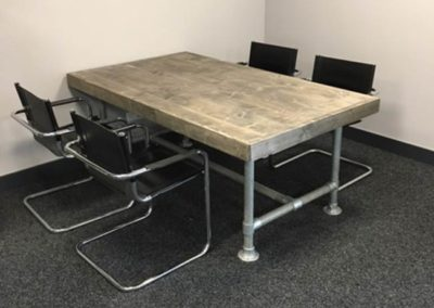 robuuste-houten-tafel-op-stijgerpijp-Woodmonkeys